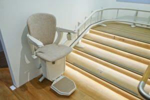 krzesełka przy schodowe dla niepełnosprawnych jako alternatywa dla platform schodowych